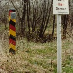 DDR Grenzsäue, Grenzstein sowie Hinweistafel auf dem Gebiet der Bundesrepublik an der Grenz zur DDR