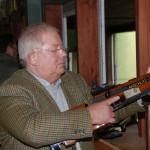 Ein Schütze der BGS-Kameradschaft Goslar bereitet sich auf sein Schießen vor.