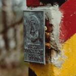 DDR Grenzpfahl mit Emblem