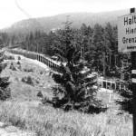 Ehemalige Grenze zur DDR (schwarz/weiß) Entlang der grenznahen Wanderwege sind gut lesbare Warnschilder in ausreichenden Abständen aufgestellt.