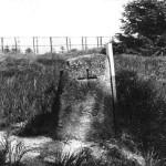 Die alten Grenzsteine sind durch Holzpflöcke mit weißem Anstrich markiert.