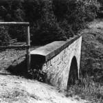 Unterbrochene Eisenbahnlinie nach Tanne, Sicherung durch Holzbarriere, Bachmitte Grenze.