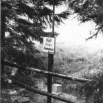 An Parkplätzen in Grenznähe ist durch einfache Holzbarrieren zusätzlich Sicherheit gegeben.