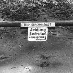 Ein beliebter Spazierweg bei Braunlage ist mit übergroßen Warnschildern gesichert.