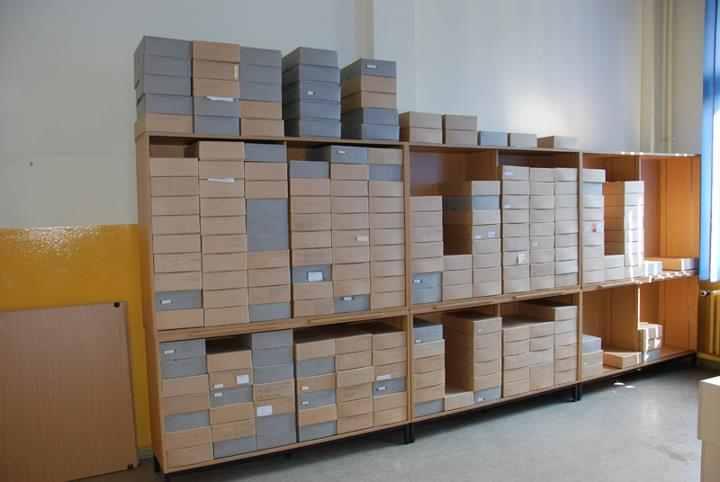 Die Archivkartons stehen schon wieder in den Schränken.